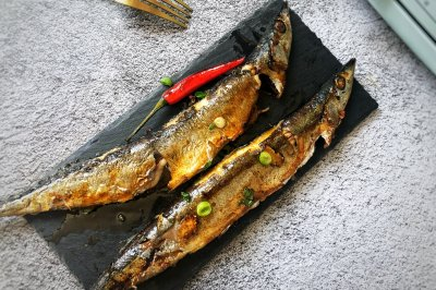 秋日里的烧烤香辣煎烤秋刀鱼