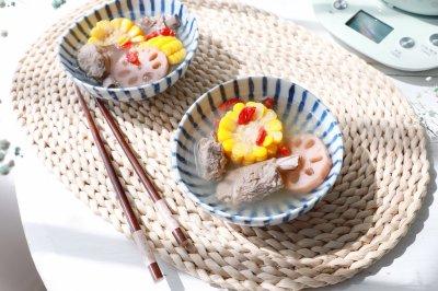秋冬养生的玉米莲藕排骨汤
