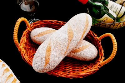 干红葡萄酒黑全麦面包