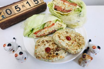 低卡时蔬鸡胸肉饼和蔬菜三明治