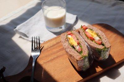 减脂低卡早餐:全麦培根三明治