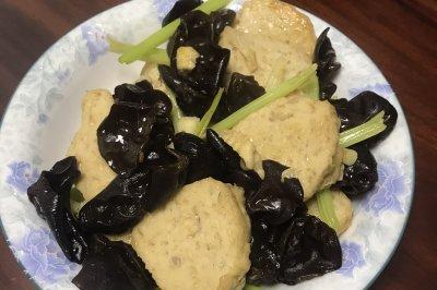 养生木耳芹菜炒肉饼