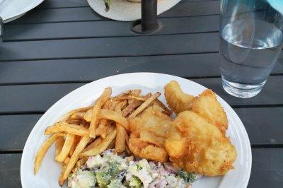 著名的英国小吃:炸鱼和薯条配西兰花蔓越莓沙拉
