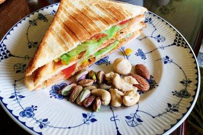 超快手早餐:肉松午餐肉玉米粒三明治