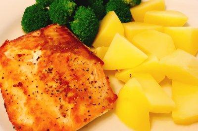香煎三文鱼配煮土豆和凉拌西蓝花